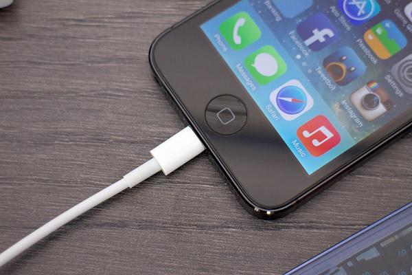 có khi do dây cáp sạc pin iPhone có vấn đề